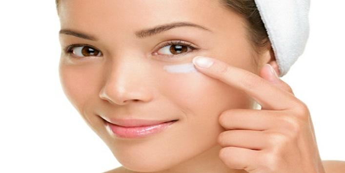 Apply-under-eye-cream