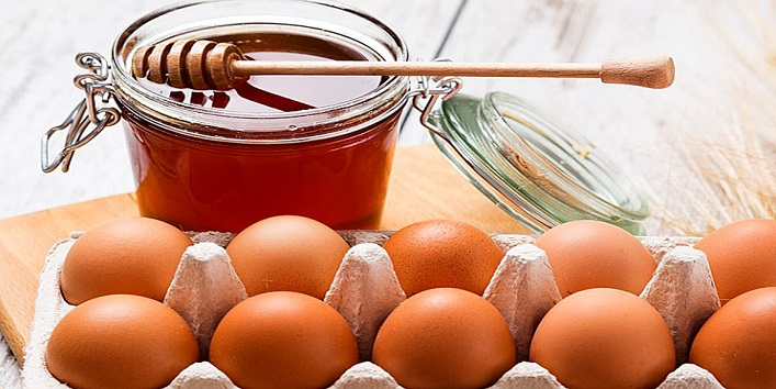Honey and egg yolk pack for skin tightening and sagging