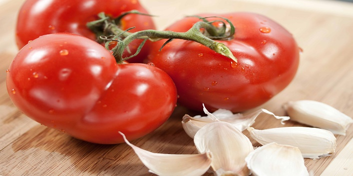 Tomatoes-and-garlic-for-treating-pores