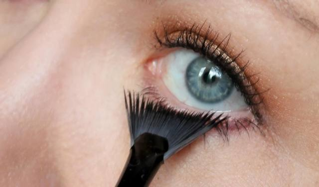 Eye makeup to make blue eyes stand out